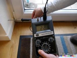 Temperaturfühler |  Messung der Oberflächentemperatur im Bereich eines energetischen Schwachpunktes, Foto: © Ingenieurbüro Pia Haun - Trier