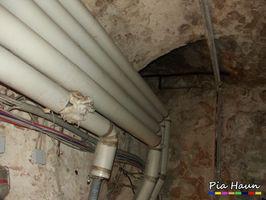 Rohrummantelungen mit krebserzeugenden, künstlichen Mineralfasern     Wand- und Gewölbeflächen mit mikrobiellem Befall, Foto: © Ingenieurbüro Pia Haun - Trier