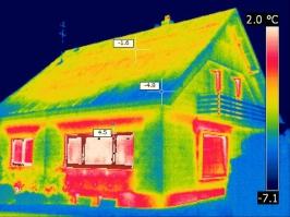 Aufspüren von Wärmebrücken mittels Thermografie   Infrarot-Aufnahme eines Wohnhauses, Foto: © Ingo Neumeister, Saarbrücken
